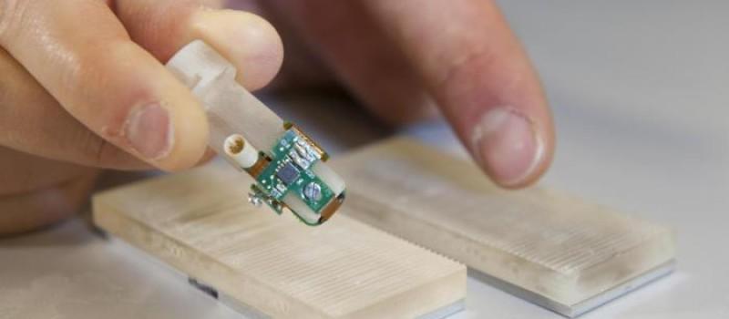 Novità mondiale: primo dito bionico con abilità sensoriali impiantato in un amputato