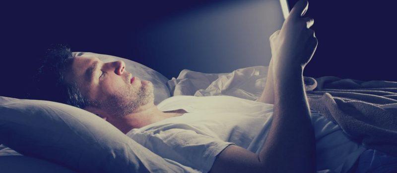 Insonnia Digitale: la luce blu dei dispositivi elettronici può rovinare il tuo sonno